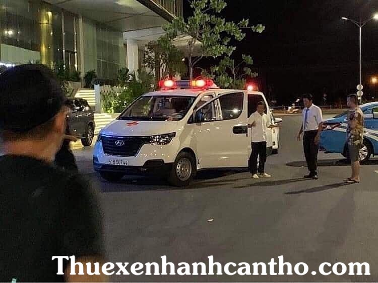 Xe cứu thương của bác đoàn ngọc hải va chạm với taxi nha trang